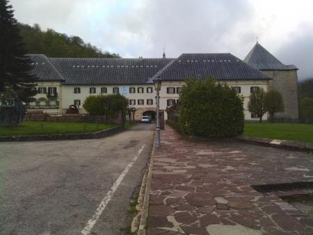 Lascio alle mie spalle la affascinante collegiata di Roncesvalles che ofre un comodo e moderno Albergue per pellegrini.